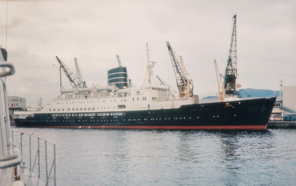 """TS «Leda» ved kai i Bergen. TS """"Leda"""" gikk i rute mellom Bergen og Newcastle og var et turbindrevet passasjerskip bygd i 1953 for Det Bergenske Dampskibsselskab (BDS)."""