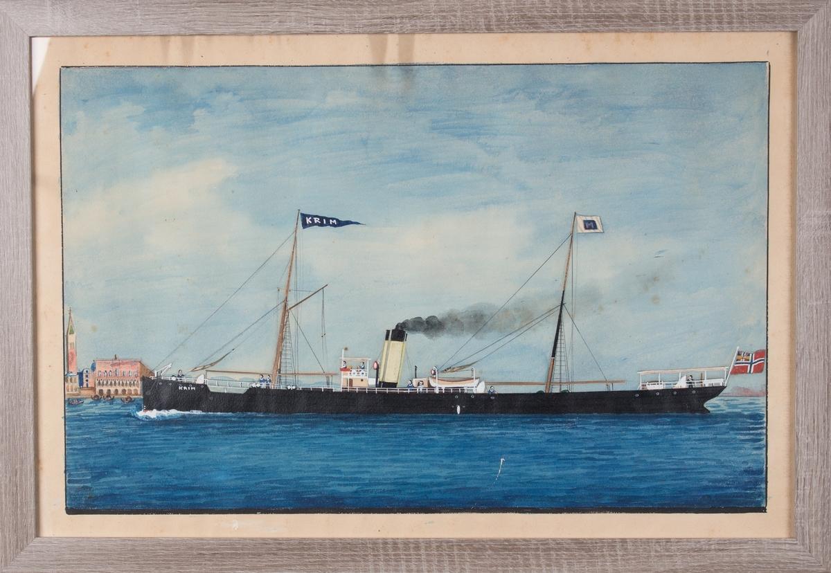 Skipsportrett av DS KRIM under fart, til venstre i motivet ser man tårnet til Marcuskirken og Dogepalasset i Venezia. 9 mann på dekk.