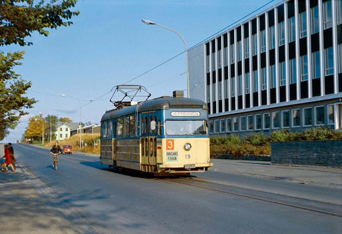 Trikk på linje 3 til Jernbanestasjonen, her ved Rosenborg skole i Trondheim. Trondheim Sporvei vogn 19.