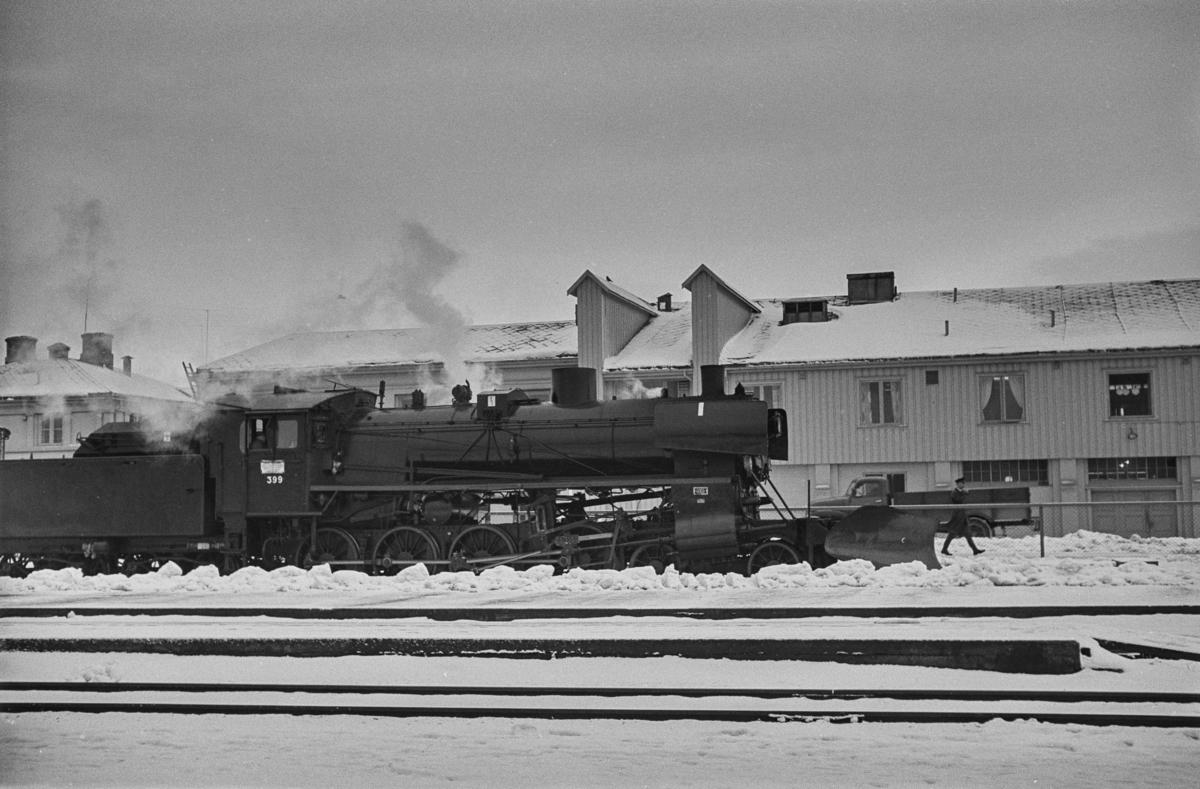 Dagtoget fra Trondheim til Oslo Ø over Røros, tog 302, står klart til avgang på Trondheim stasjon. Toget trekkes av damplokomotiv type 26c nr. 399.