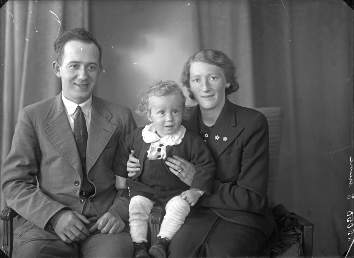 Gruppebilde. Familiegruppe på tre. Far, mor og liten gutt. Bestilt av Trygve Sørvåg. Solvang