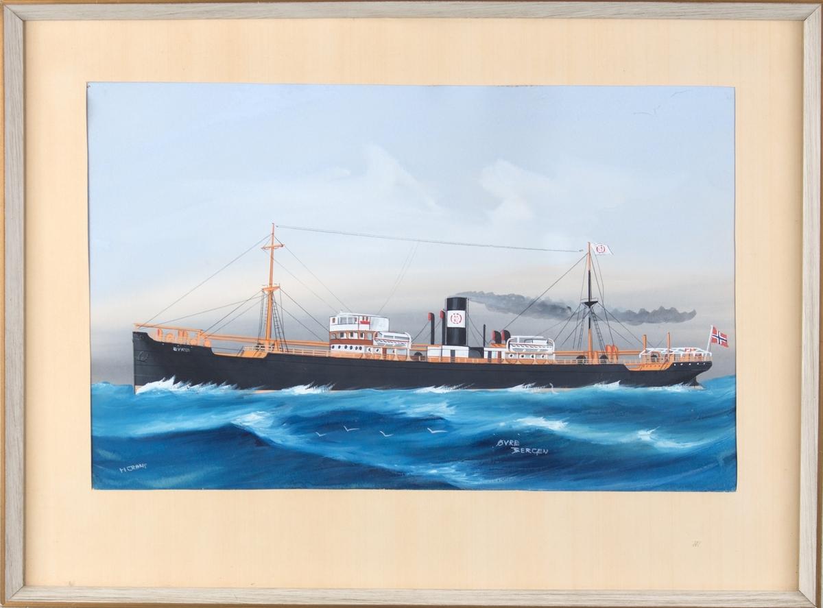 Skipsportrett av dampskipet ØVRE under fart på åpent hav. Bølger og måker. Skipet har to master, vimpel med  rederimerke. Baugen merket med ØVRE og skorsteinen bærer rundt hvitt rederimerke. Norsk flagg akter.