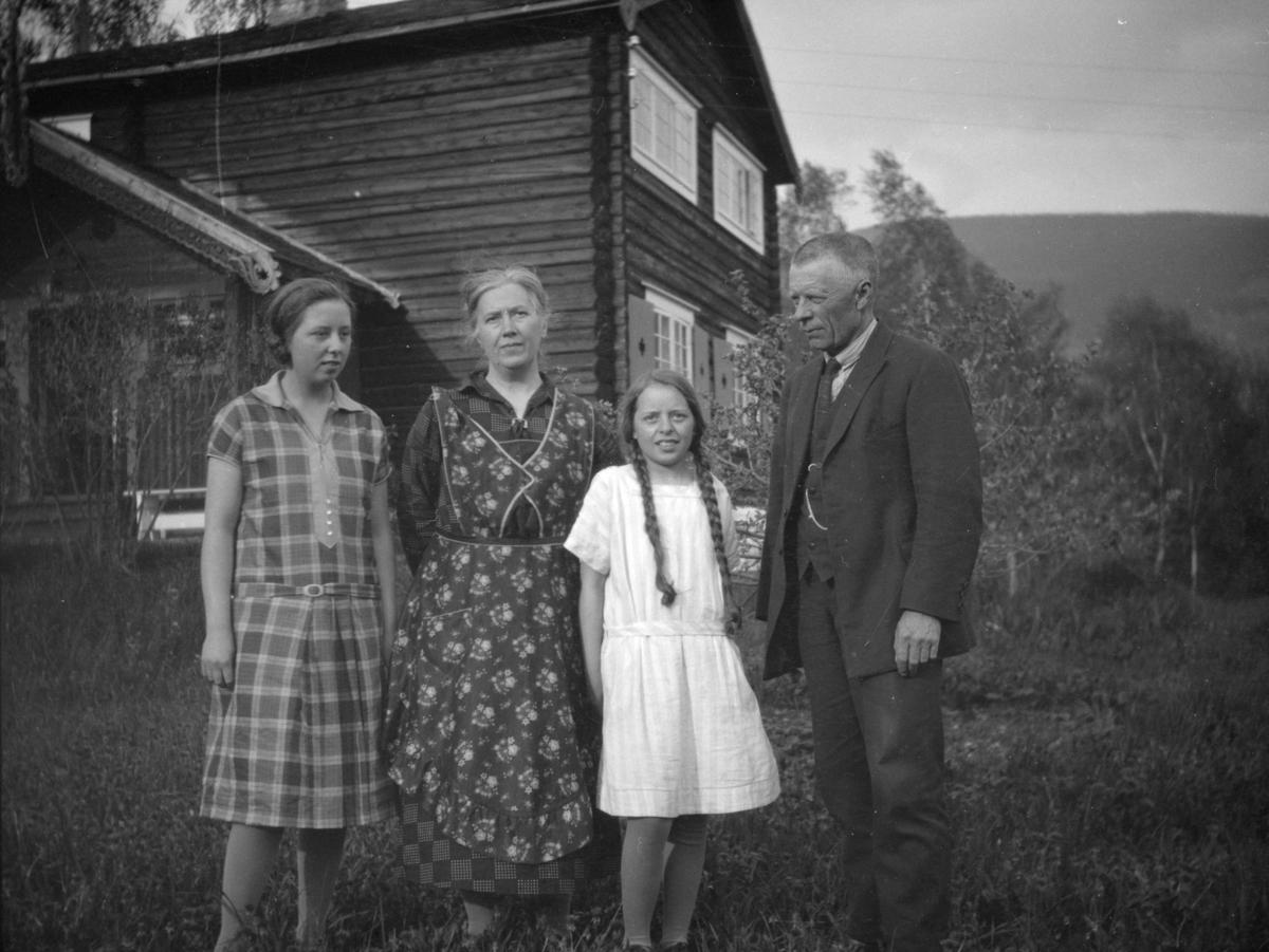 """Karl Løkke med kone og to døtre ved hjemmet """"Lye""""  i Ringebu"""