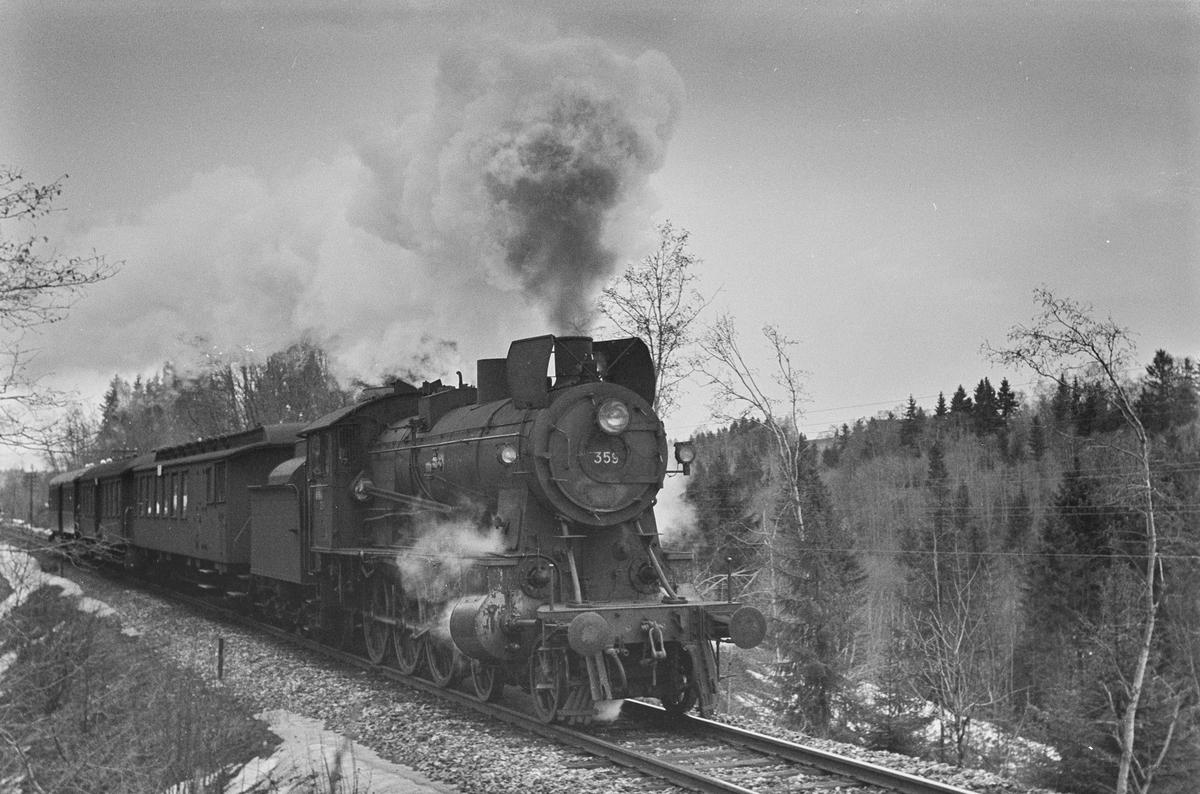 Forstadstog nr. 1728 fra Trondheim kl 1620 til Støren ved Kalstad nær Heimdal. Toget stoppet på alle stasjoner og holdeplasser og brukte 1 1/2 time til Støren. Toget trekkes av damplokomotiv type 30b nr. 359.