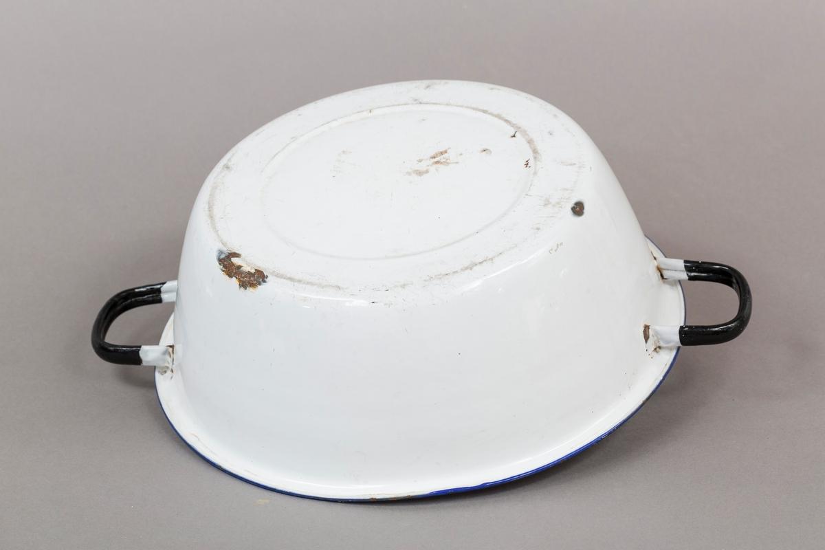 Bolle med hank (en på hver side), hvit med blå kant og sorte håndtak. Emaljert stål.