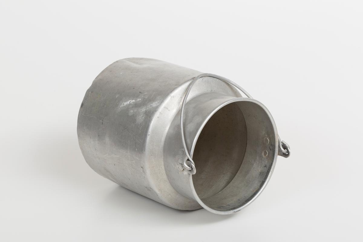 Melkespann for husholdning i aluminium med hank.