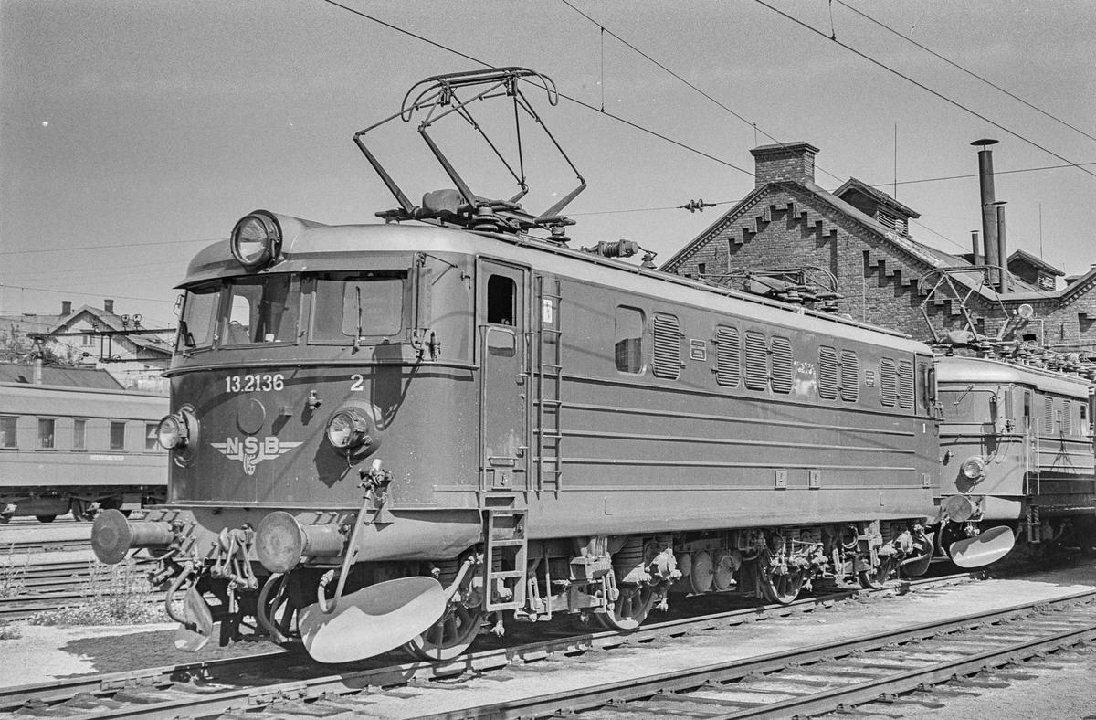 Elektrisk lokomotiv type El 13 nr. 2136 ved lokomotivstallen på Hamar stasjon.