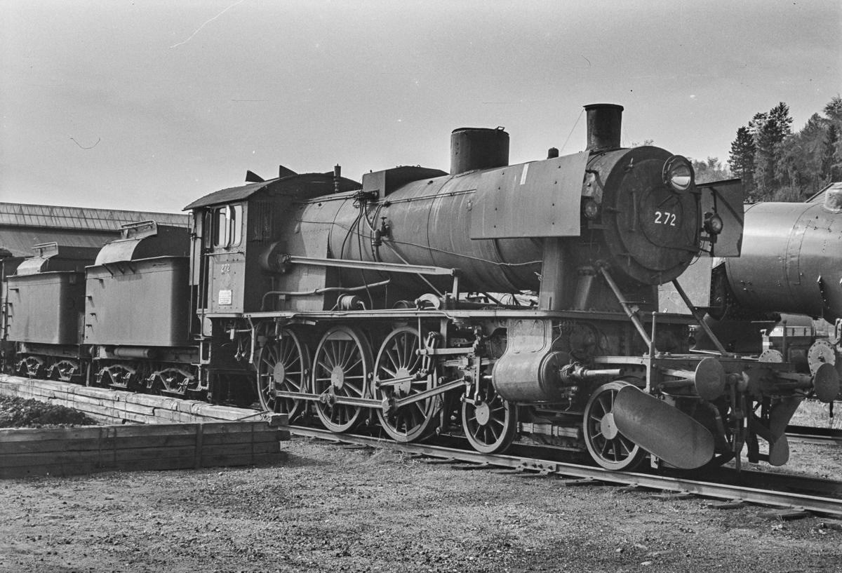Utrangert damplokomotiv type 30a nr. 272 på Marienborg. Lokomotivet er uten tender og avventer opphugging.