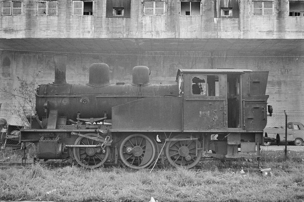 Utrangert damplokomotiv type 23b nr. 455 under opphugging på Nyhavna i Trondheim.