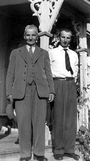 Emil Henriksson och hans son Eric Henriksson. Tidigare felaktigt angiven som Henrik Persson, Öjeberget och hans son. Henrik Persson är Emils far.