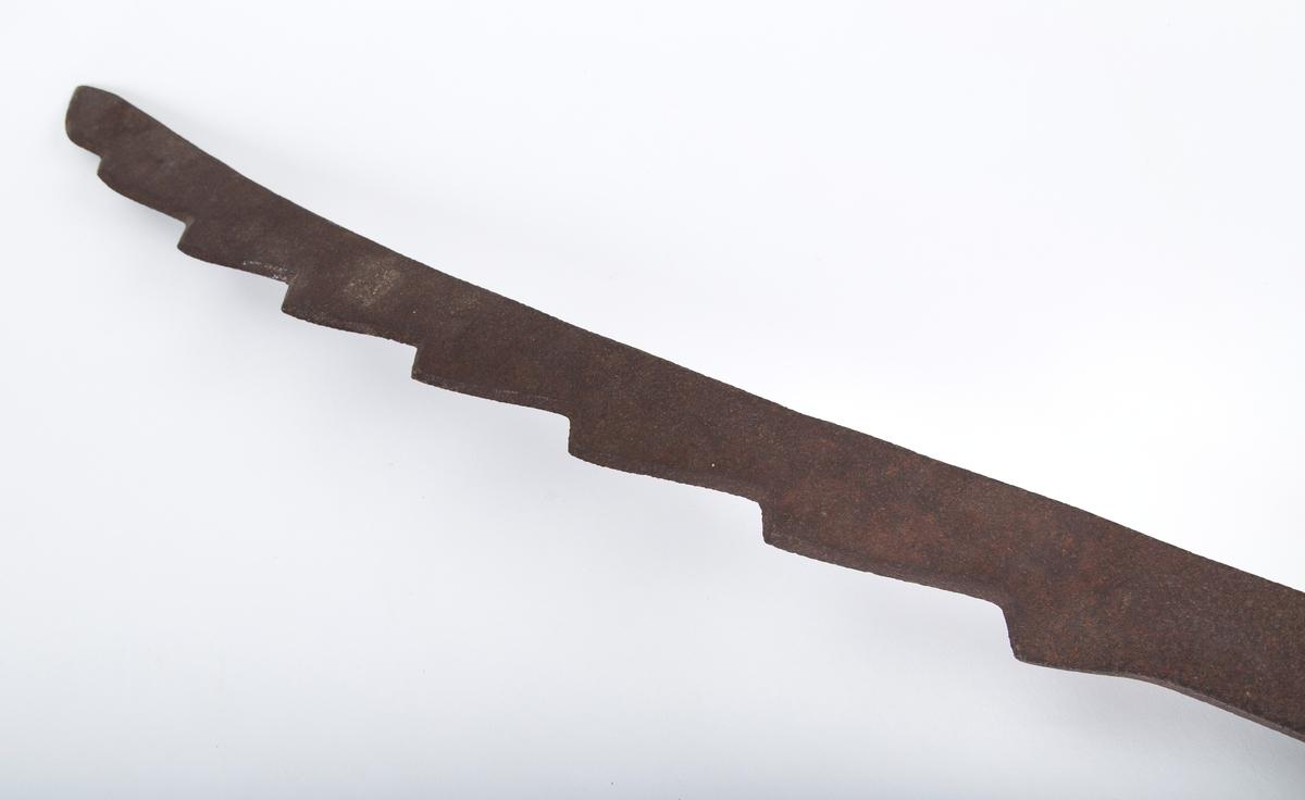 Lett buet sagblad. To håndtak i enden, ett langsmed bladet og ett på tvers.