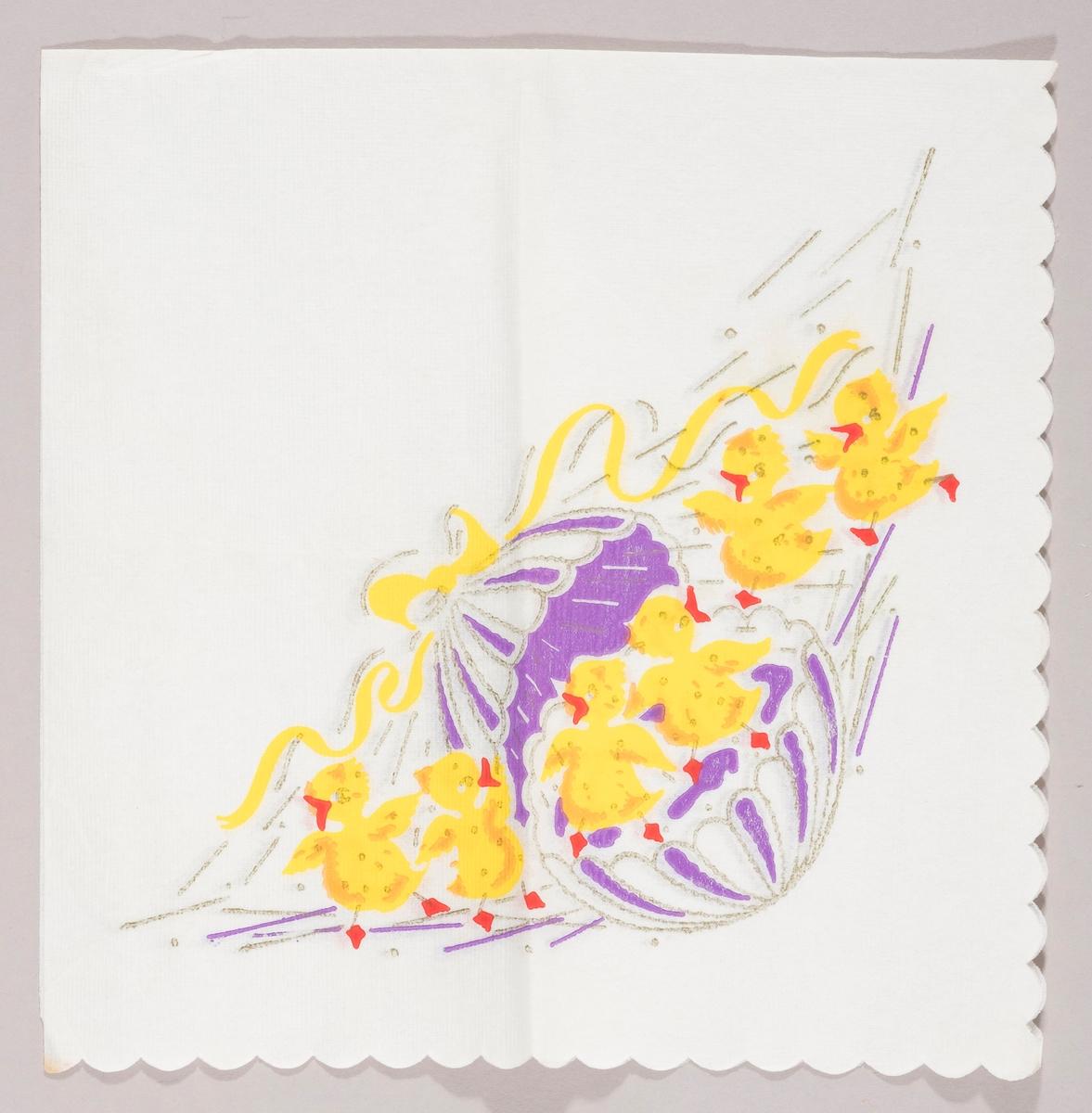 Et stort lilla og hvitstripet påskeegg er åpent på midten. To kyllinger står i påskeegget og fire andre kyllinger står utenfor. En stor gul sløyfe er plassert øverst på påskeegget.