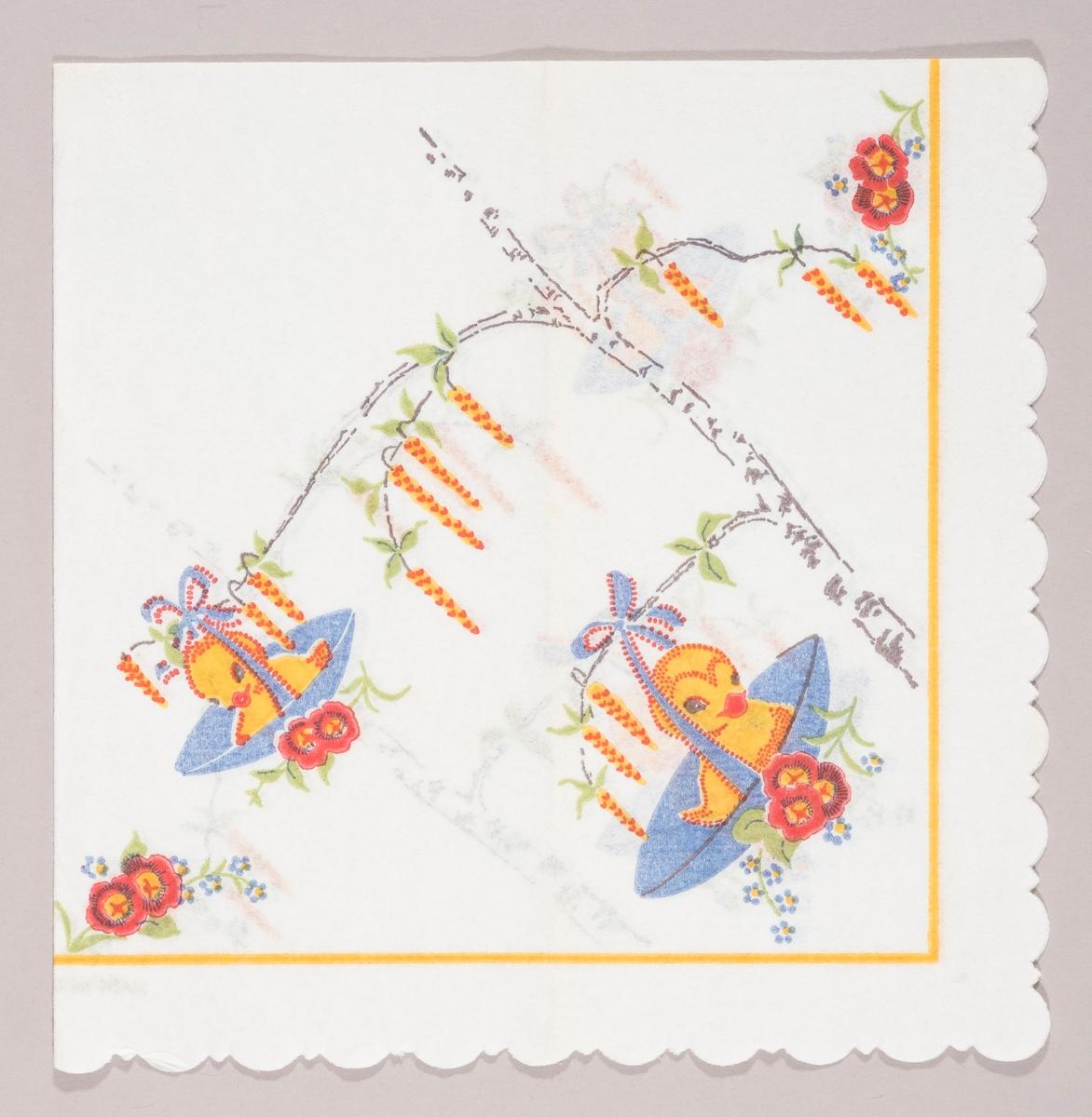 To fugleunger som sitter i hvert sitt blå rede som er festet til grenene på en bjørk med et blått bånd med sløyfe. Bjørken har grener med rakler. Røde og blå blomster.