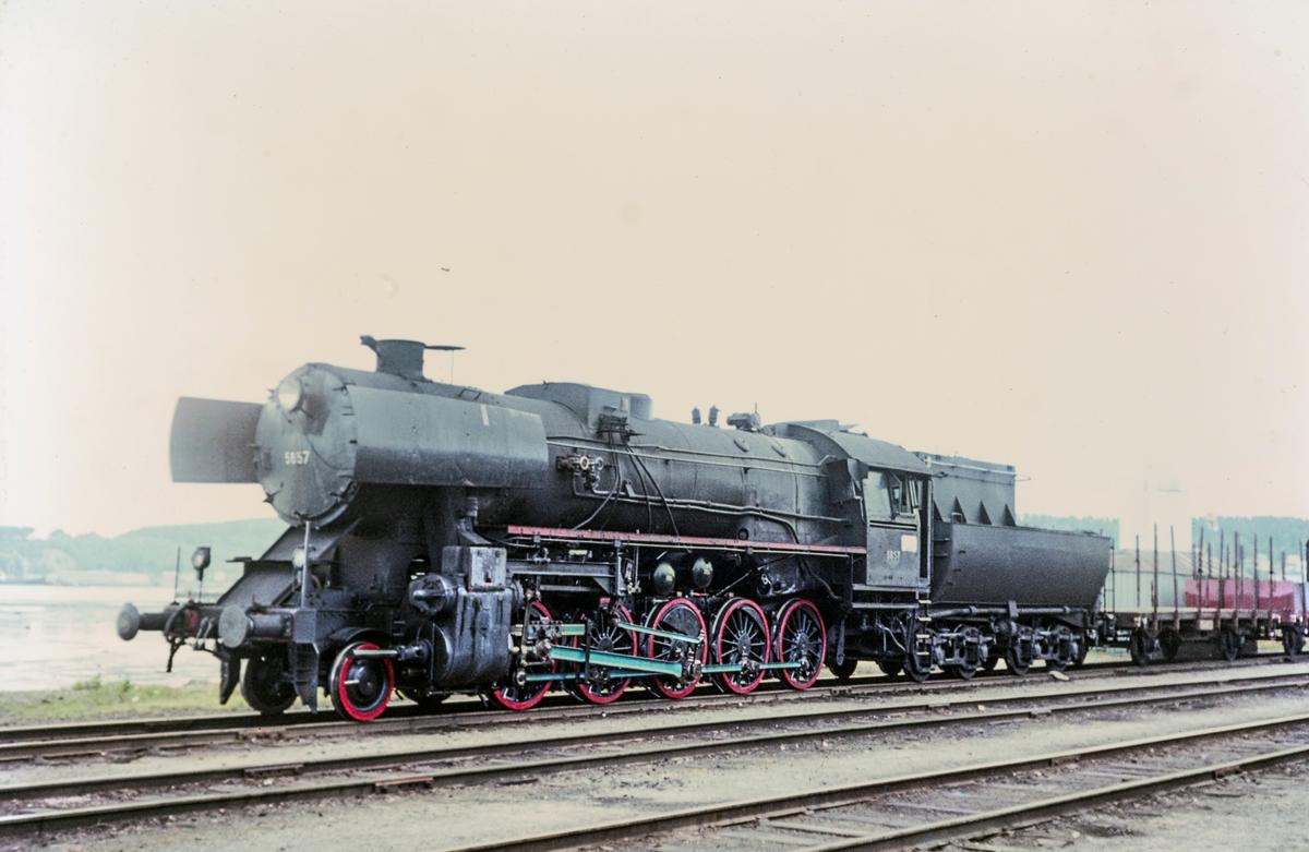 Godstog trukket av damplokomotiv type 63a nr. 5857.