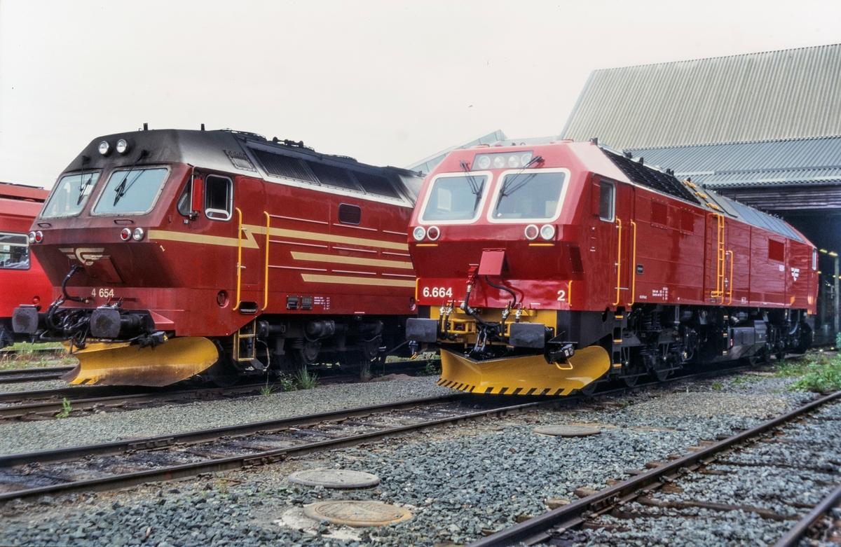 To typer og generasjoner diesellokomotiver utenfor lokomotivstallen på Marienborg i Trondheim. Fra høyre type Di 4 og Di 6. Alle de 12 lokomotivene av type Di 6 ble senere returnert til fabrikken i Tyskland.