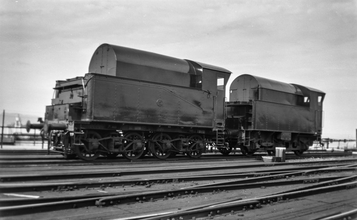 Tendere fra utrangerte damplokomotiver type 61a ombygget til sprøytevogner for ugress. Vognene har litra R nr 2717 og 2716.