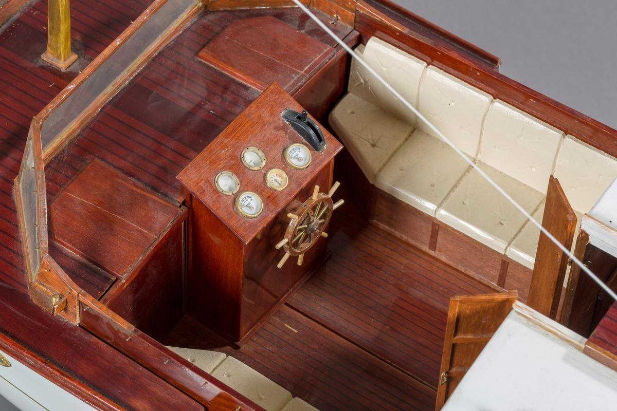 """Modell av motorkrysseren """"Bello"""". En Furuholmenkontruksjon. Kahytt med salong, og åpen styrekonstruksjon. To enkle master. Ikke originale båtstøtter, laget av museet ved inntak."""