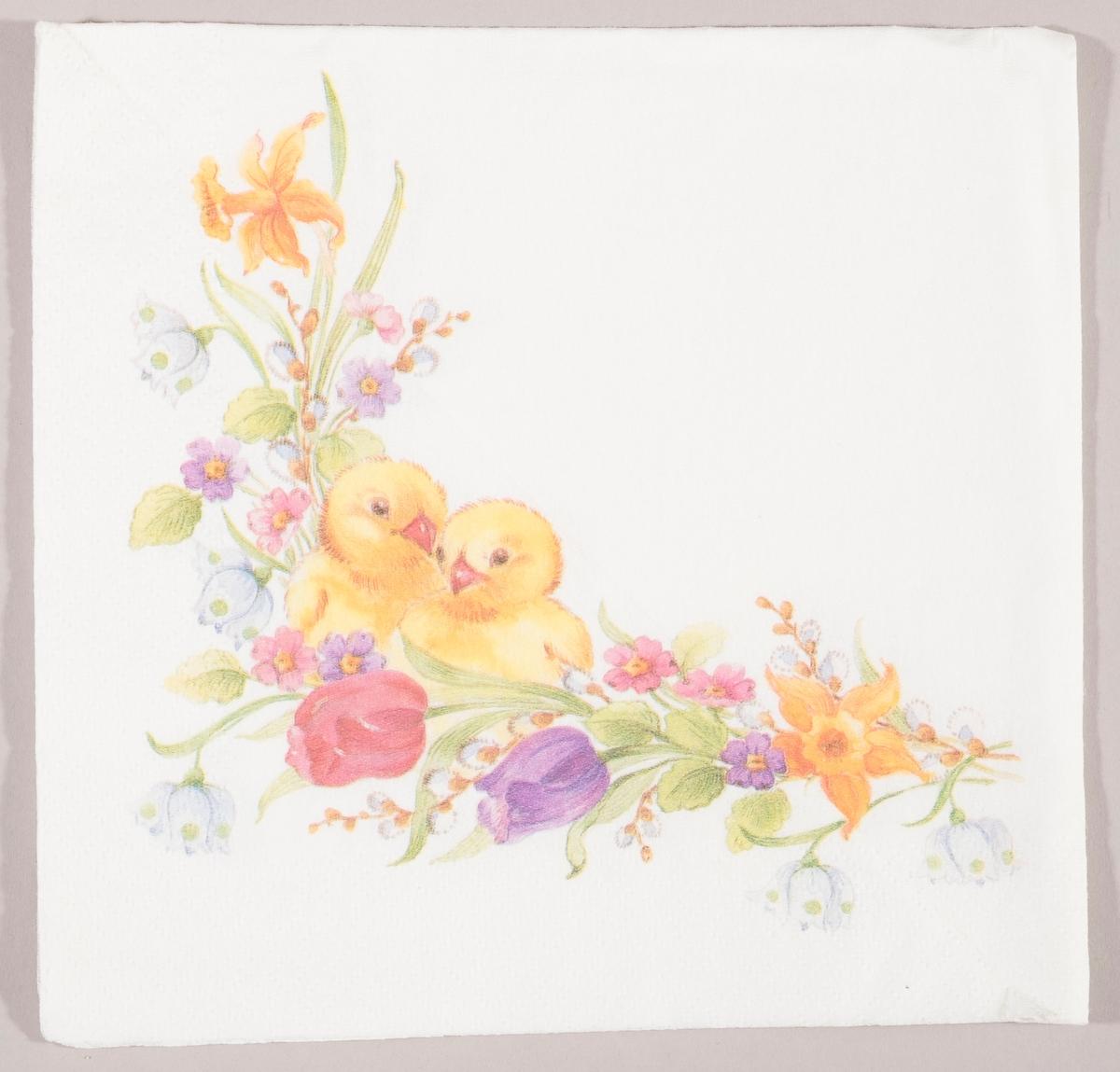 To kyllinger i en bukett med tulipaner, påskeliljer, snøklokker og andre vårblomster.