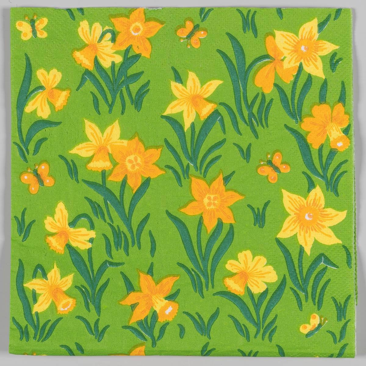Påskeliljer og gule og oransje sommerfugler og grønt gress.