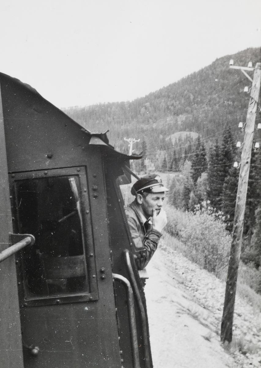 Lokomotivfører Oddleiv Skånes på lokomotivførerplassen på damplokomotiv type 63a.