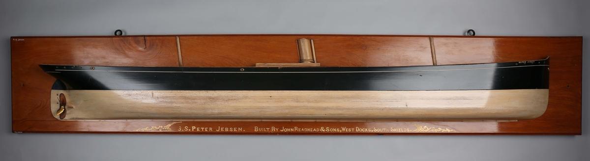 Halvmodell av DS PETER JEBSEN montert på bakplate.