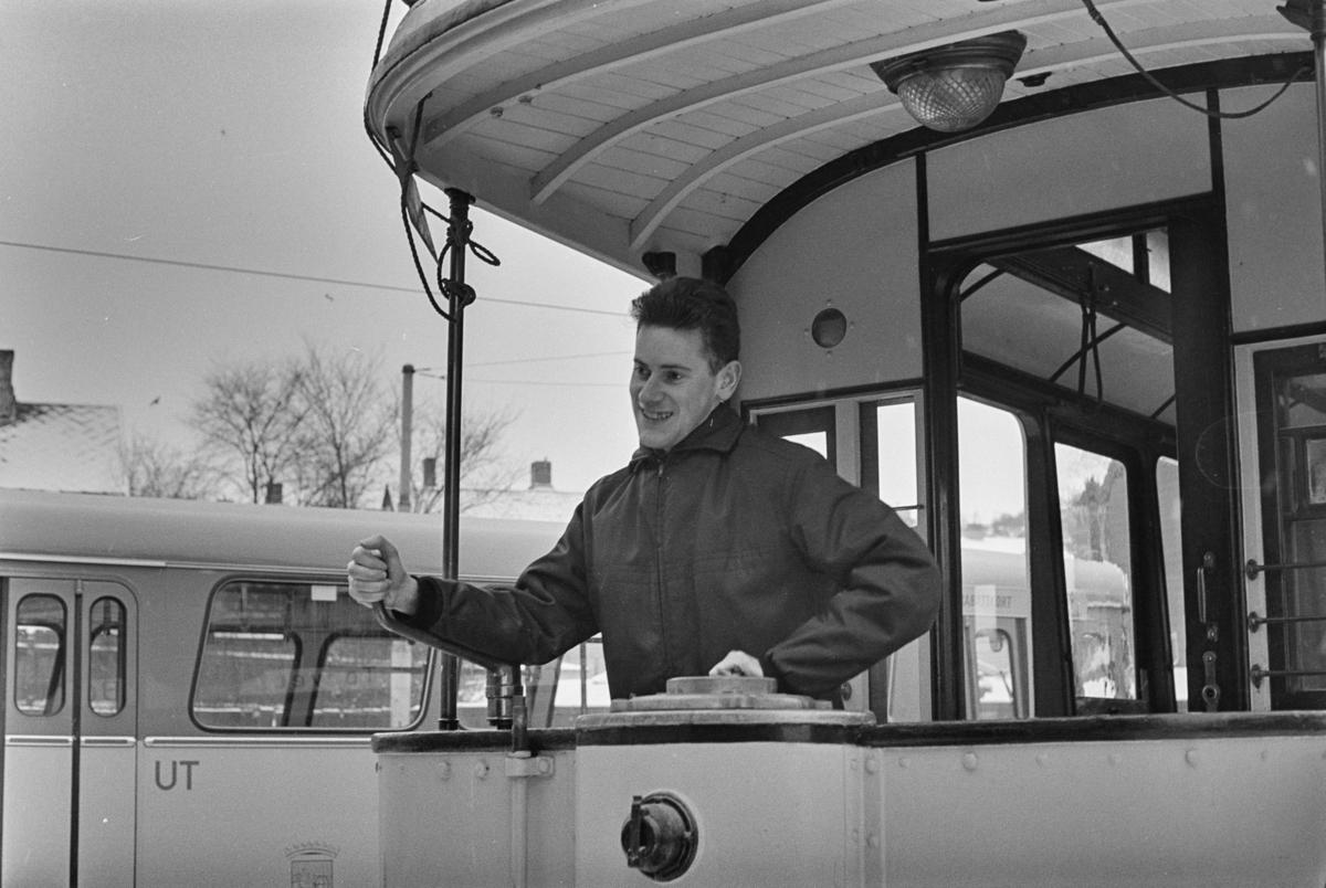 Utflukt med veterantrikker i Trondheim. Arne Dag Røkke ved spakene på sporvogn nr. 1.