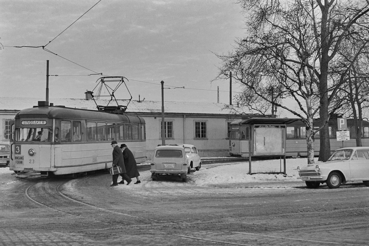 Trikk på linje 3 i sløyfen ved Jernbanestasjonen i Trondheim. Trondheim Sporvei vogn 23 .