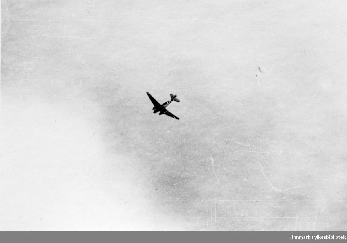 """Vingegeometrien og fargene foran halen tyder på at dette kan være en amerikansk C-47 transportfly, altså C47 Dakota fly. Sovjetunionen fikk flere hundre av disse på lend-lease fra USA under 2. verdenskrig. Fotografert av en soldat i 2.Bergkompani under frigjøringen av Finnmark.  Bildeserien """"Frigjøringen av Finnmark 1944-45"""" viser et unikt materiale fotografert av soldater i Den Norske Brigade, 2. Bergkompani under deres oppdrag """"Frigjøringen av Finnmark"""" som kom i stand under dekknavn """"Øvelse Crofter"""". Fakta rundt dette bildematerialet illustrerer iflg. vår informant, George Bratli: """"2.Bergkompani, tilhørende Den Norske Brigade i Skottland,  reiste fra Skottland 30. oktober 1944 med krysseren «Berwick» til Scapa Flow på Orkenøyene for å slutte seg til en større konvoi som skulle være med til Norge. Om bord på andre skip var det mange russiske krigsfanger som hadde vært på tysk side og som nå ble sendt hjem.  2.Bergkompani forlot havn 1.november 1944 og kom til Murmansk, Sovjetunionen, 6. november 1944.  De ble her lastet om og fraktet til Petsamo, Sovjetunionen, hvor de ankommer 11.november 1944.  Kompaniet reiser så til Sandnes utenfor Kirkenes og blir forlagt der frem til 26.november 1944. De flytter så videre til Skipparggura.  Den 29.november reiser deler an kompaniet til Rustefielbma og Smalfjord og noen drar opp på Ifjordfjellet.   17. desember ankommer resten av kompaniet til Smalfjord. 30.desember blir en avdeling sendt til Hopseide og 8. januar 1945 blir noen sendt til Kunes. Den 14. januar er kompaniet delt og ligger i Kunes, Kjæs, Børselv, Hopseide og Smalfjord. 5. februar 1945 blir 3.tropp sendt over Porsangerfjorden for å operere i Olderfjorden. Her var de i kamp og hadde tap i  Billefjord og Sortvik. 8.mars 1945 kom noen til Renøy og 12. mars kom første del av kompaniet til Brennelv. 7.mai begynte kompaniet å bygge ny kai i Hambukt. 19. mai ble de som hadde falt begravd i Lakselv. 8. juni ble kompaniet flyttet fra Brennelv til Tromsø for så å bli send"""