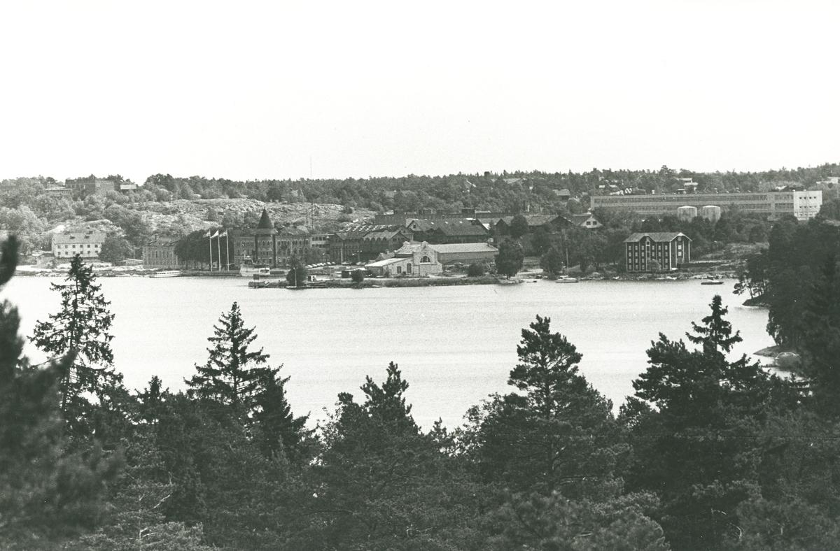 Exteriör. På bilden syns sanitetsporslinsfabriken som började byggas efter 1937. Den höga skorstenen på Kattholmen är borta, m.m.