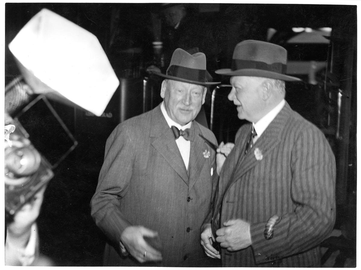 Bild tagen i samband med Julius Dorpmüllers besök i Sverige.  Dorpmüller, till höger i bild, var vid tiden för besöket generaldirektör för Deutsche Reichsbahn samt transportminister under den nazistiska riksregeringen. Till vänster står Axel Granholm, dåvarande generaldirektör för Statens Järnvägar.