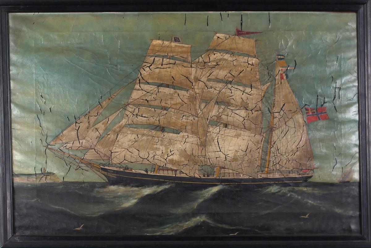 Skipsportrett av bark ØRNEN med full seilføring med land i bakgrunn. Fører norsk handelsflagg med svensk-norsk unionsmerke i mesanmast.