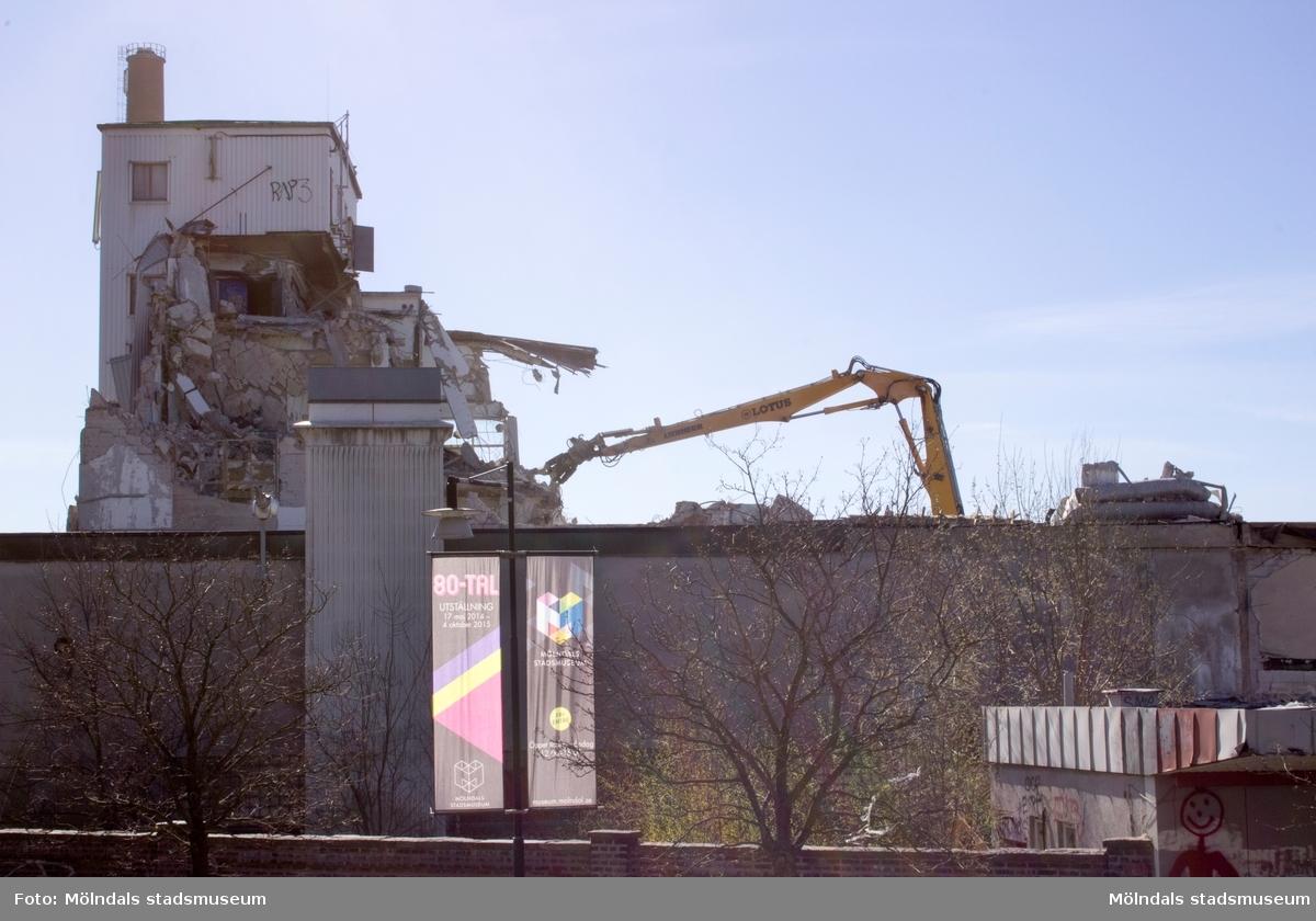 Byggnadsdokumentation av Papyrusskorstenens rivning 2015-05-08. Byggnad 6 (kartongfabriken) ligger framför.