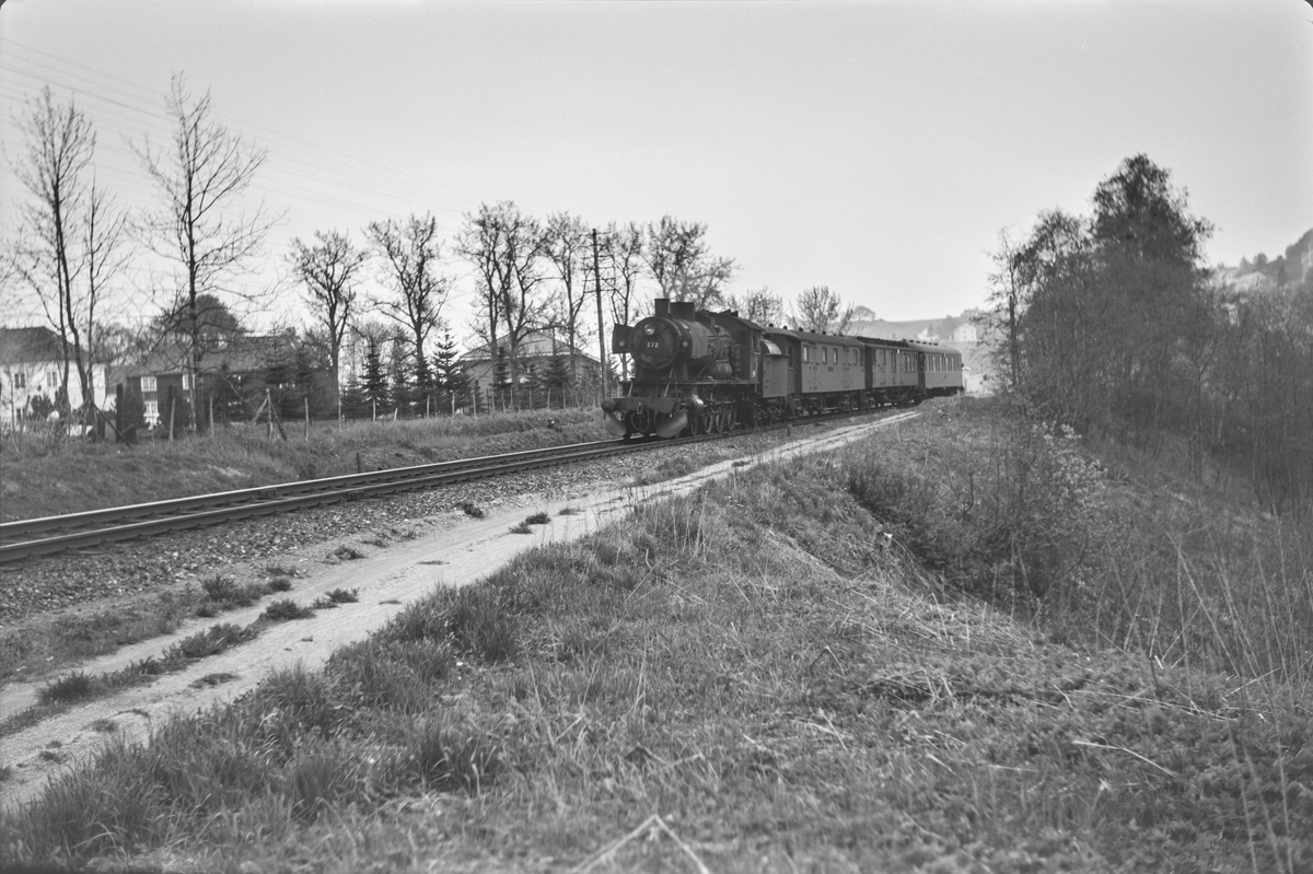 Dagtoget fra Oslo Ø til Trondheim over Røros, hurtigtog 301, ved Stavne. Toget trekkes av damplokomotiv type 30a nr. 272.