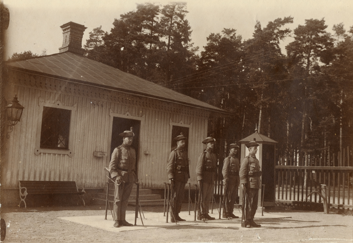 """Text i fotoalbum: """"Våren och sommaren 1916. Karlsborg. Vakten."""""""