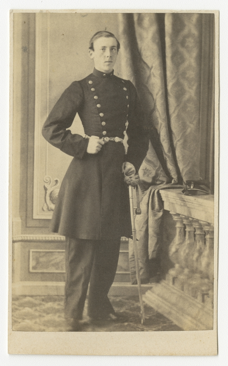 Porträtt av Carl Axel Leonard Nordenadler, underlöjtnant vid Västgöta regemente I 6. Se även bild AMA.0005518.