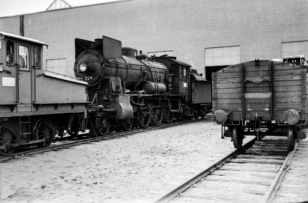 Damplokomotiv type 30b nr. 350 skiftes inn til revisjon på Grorud Verksted av skiftetraktor Ska 208 nr. 5. .