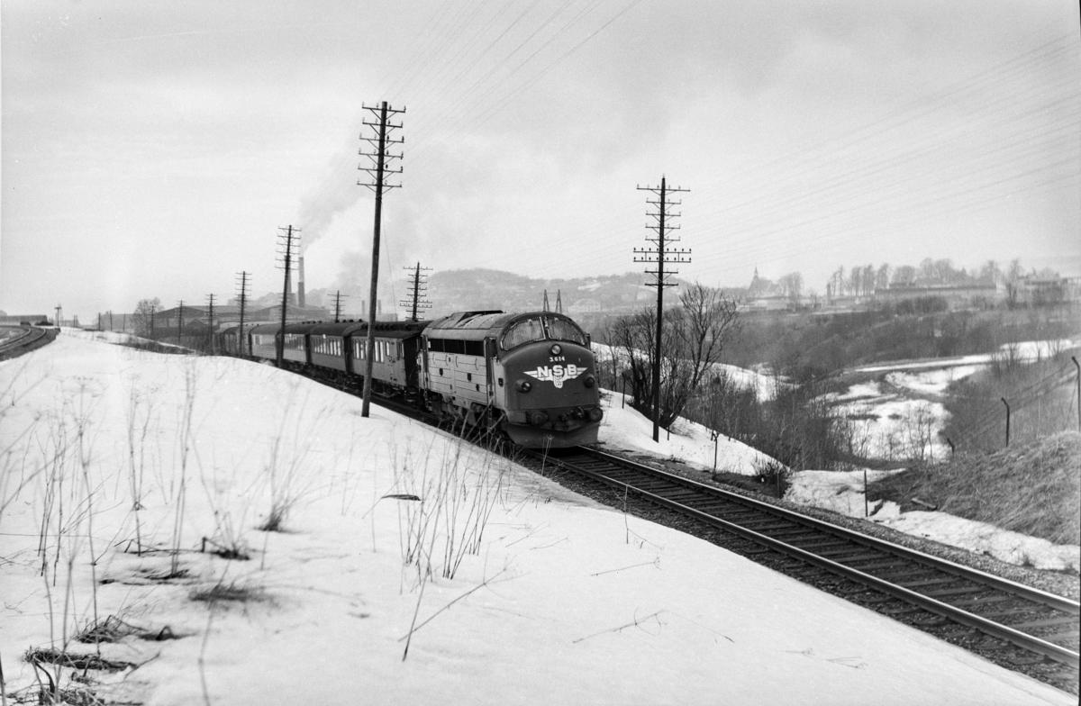 Tog 429 fra Trondheim til Storlien ved Lengen. Toget trekkes av diesellokomotiv type Di 3 nr. 614.