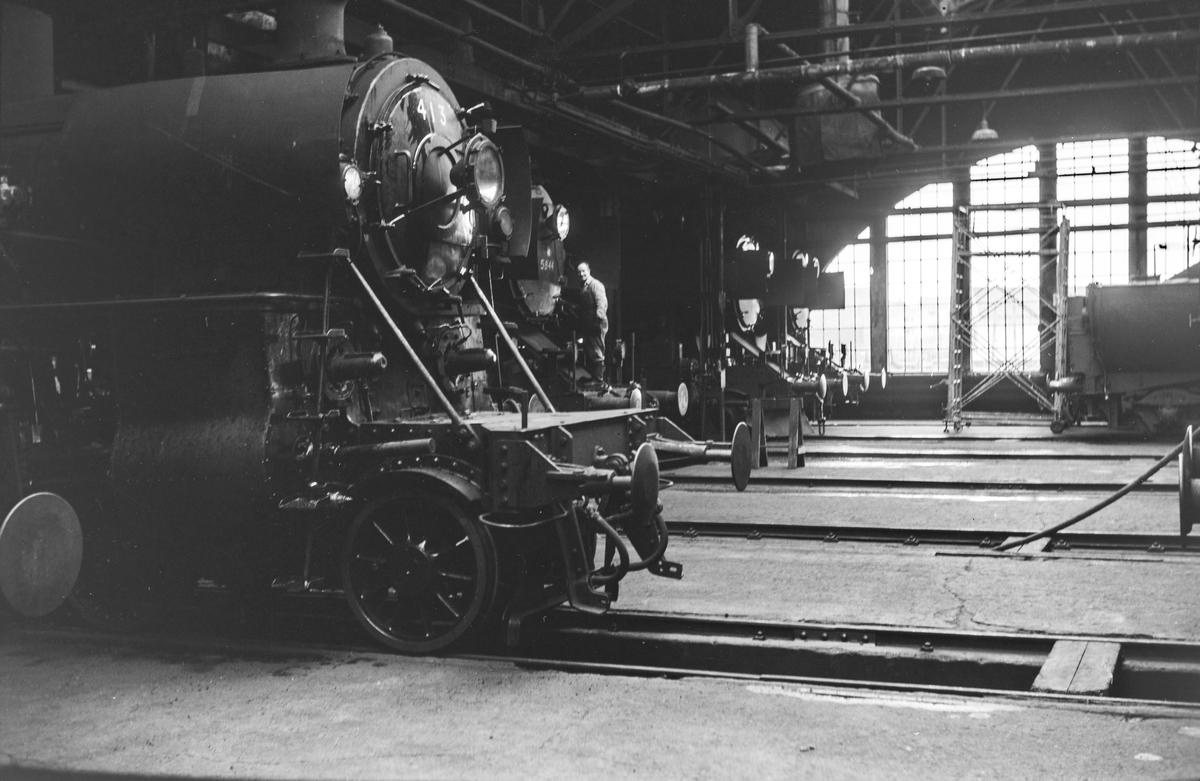 Damplokomotiver i lokomotivstallen på Marienborg. Nærmest type 26c nr. 413.