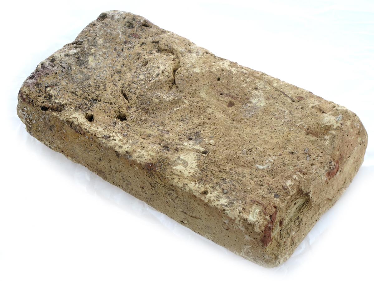 """Teglstein fra slaveskipet """"Fredensborg.  a)  Gul sten, på den ene side oker og røde flekker.  L. 22,2. B. 11,1. Tykkelse 4,6.    b)  L. 10,5. B. 11,3. Tykkelse 4,1. Gul med litt sorte  flekker.    c)  L. 21,7. B. 11   Gul med hvitt belegg på den ene  side, grå på den andre med små sorte flekker."""