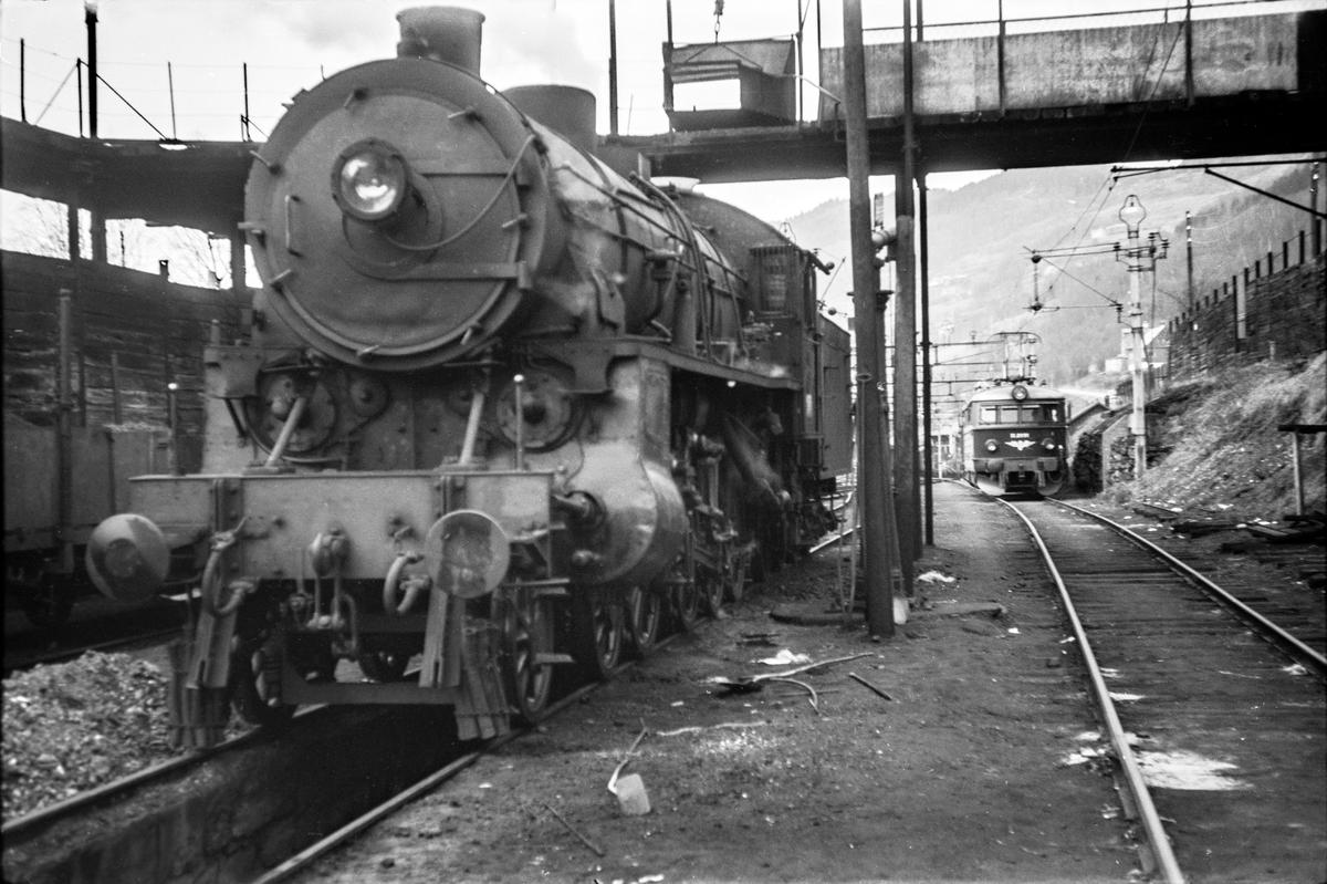 Damplokomotiv type 31b nr. 419 ved kullingsanlegget på Voss stasjon.