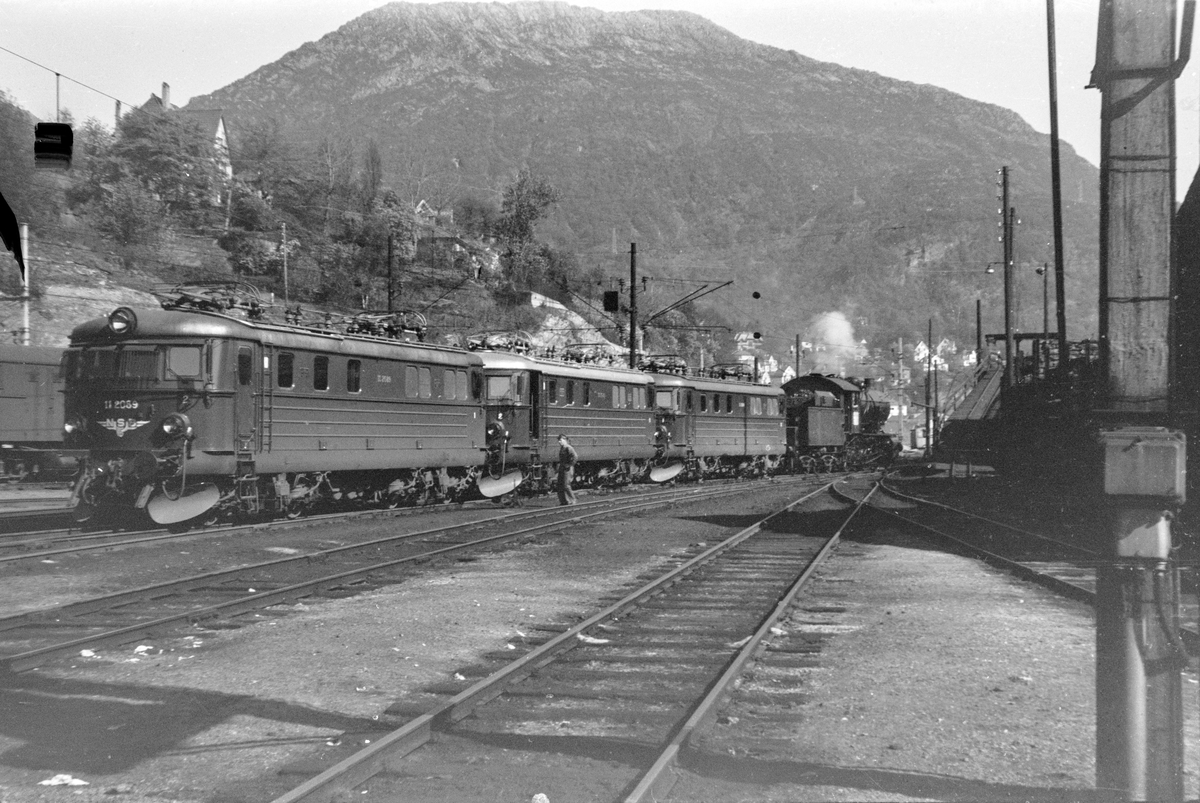 Driftsklare lokomotiver foran lokomotivstallen i Bergen. Fra venstre elektriske lokomotiver type El 11 nr. 2088, 2080 og 2089. Til høyre damplokomotiv type 33a nr. 300.