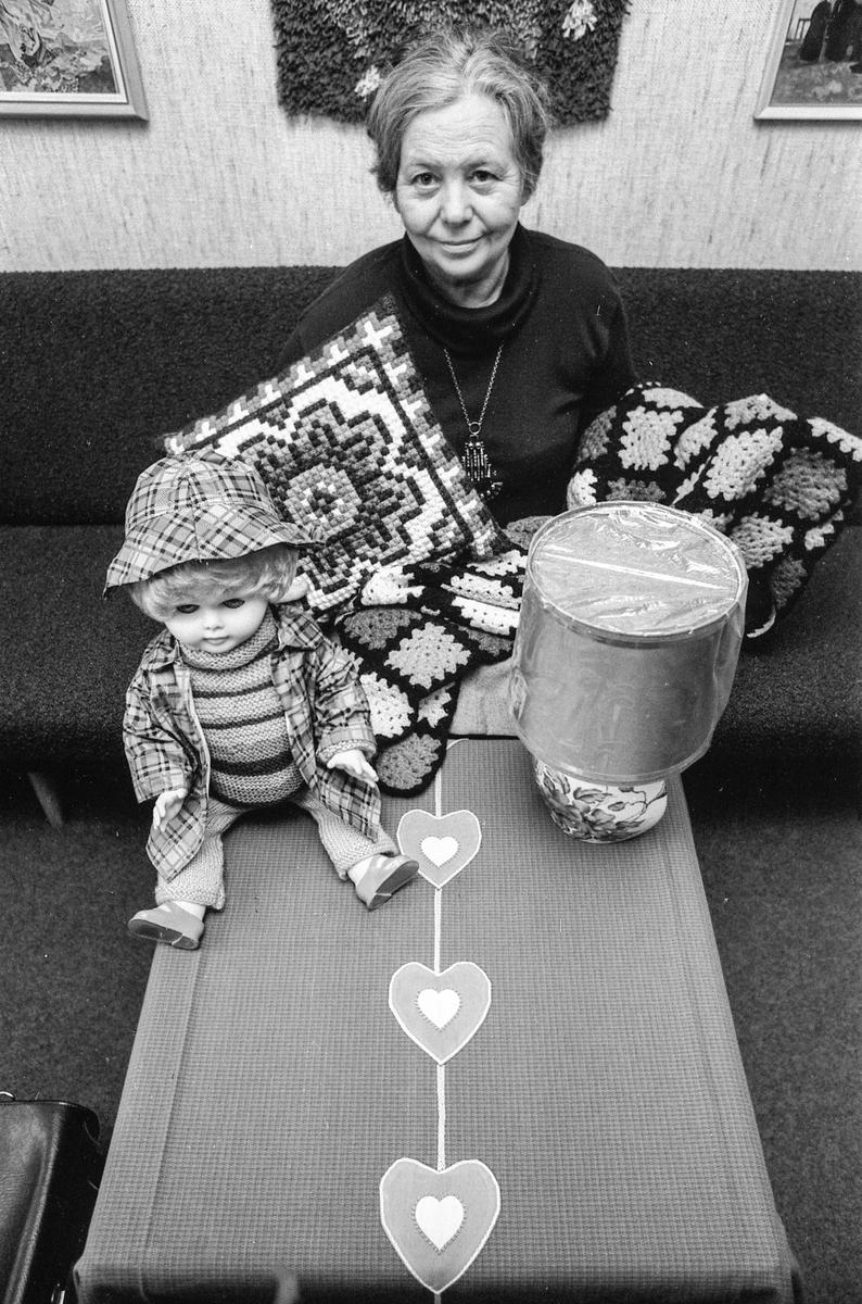 Fra Slora-basaren. Prestefrue Fru Mamen med noen av gevinstene. Fotograf: ØB Eklund