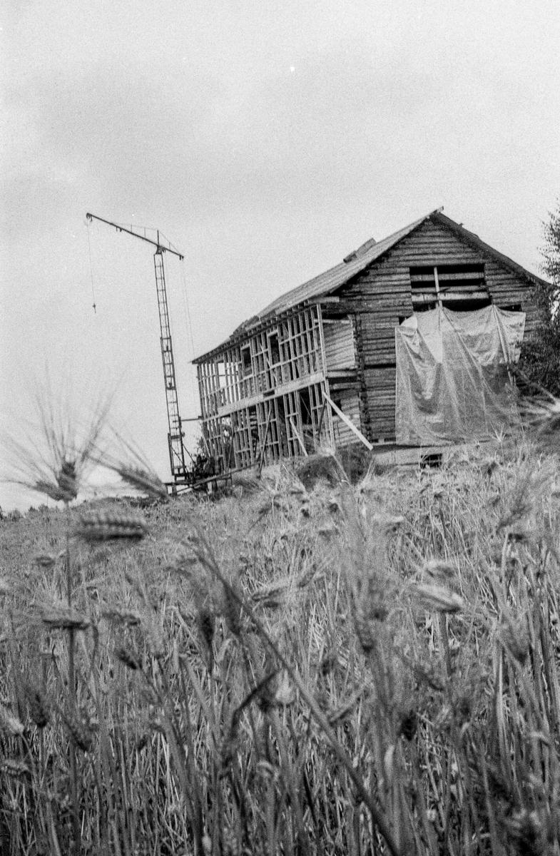 Heer gård, tømmerbygning, gjenreises ved Heer-dammen, nord for stedet den var. Fotograf: ØB Gjærum