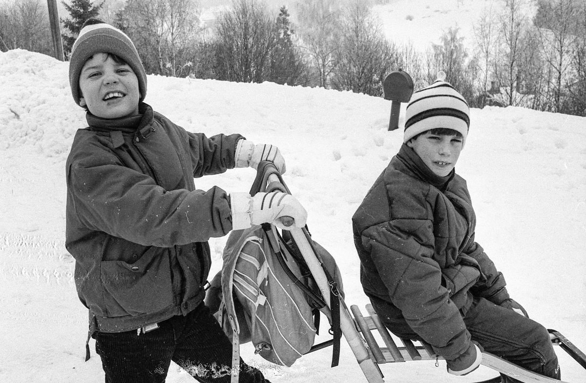 To barn på sparkstøtting. Brekkeskog borettslag i Ås.