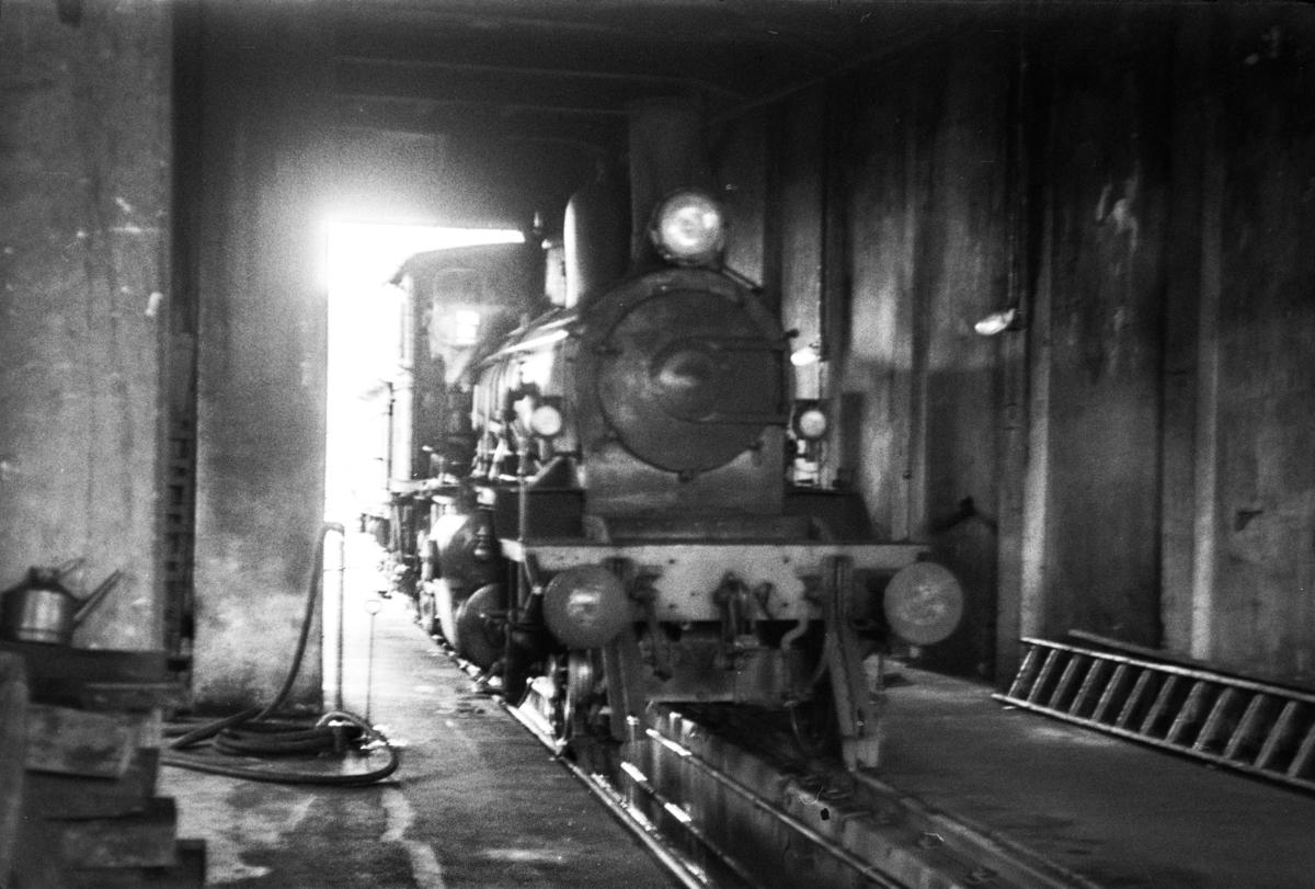 Damplokomotiv type 21c nr. 376 i lokomotivstallen på Grong stasjon.