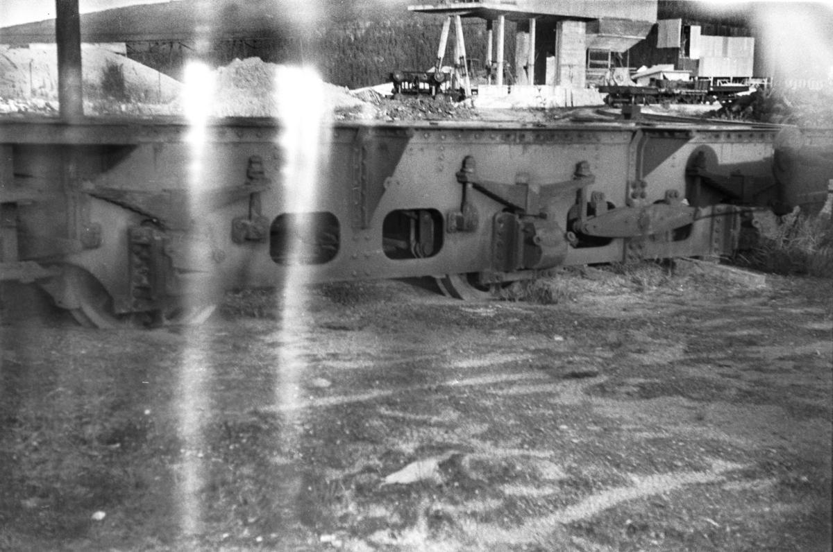 Restene av en tender fra utrangert damplokomotiv type 61a.