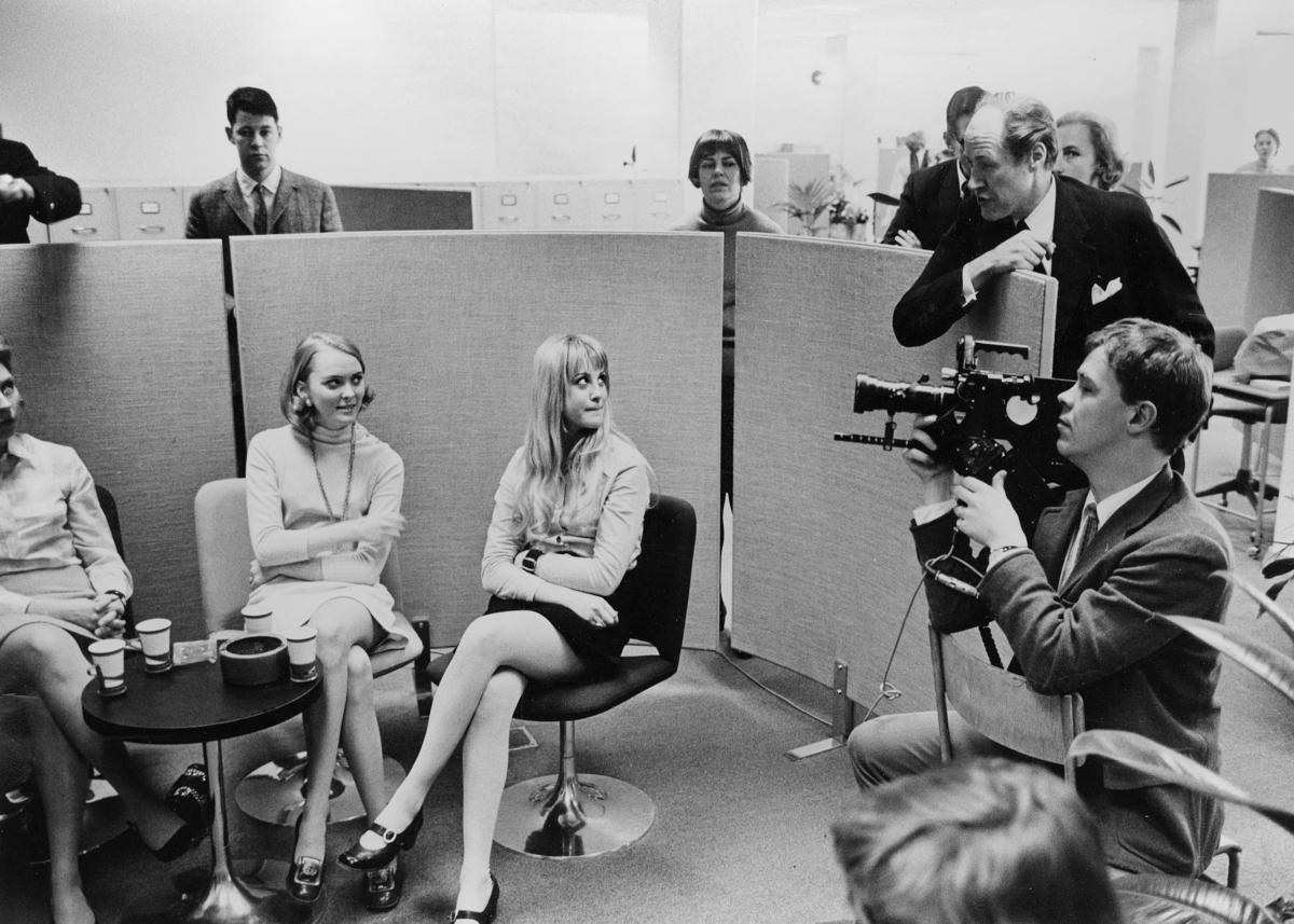 TV-reportern Lars Ulvenstam, t h, lyssnar till vad personalen har att säga om dikterna. Närmast t h TV:s filmfotograf.
