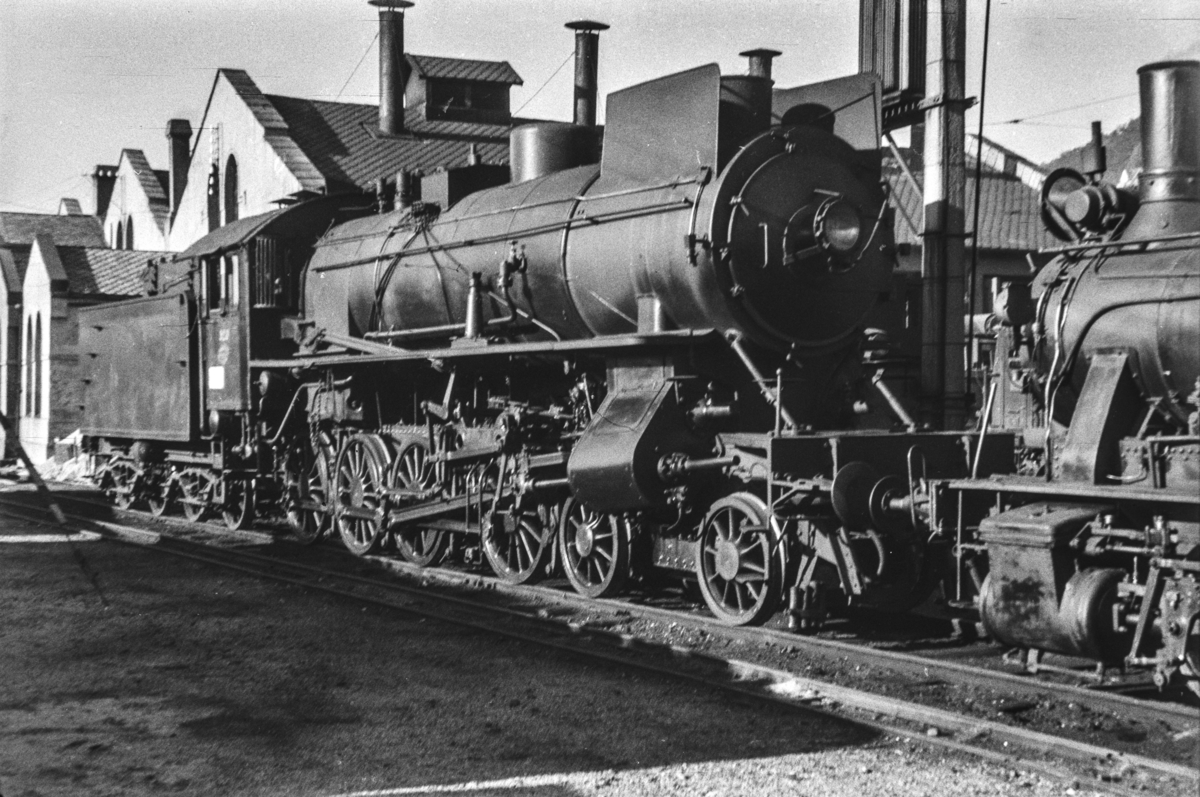 Damplokomotiv type 31a nr. 320 ved lokomotivstallen i Bergen.