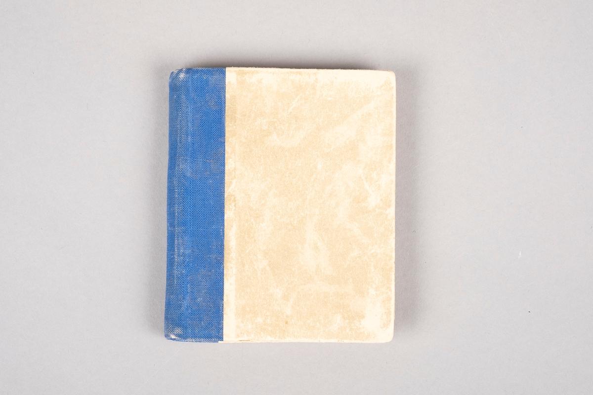 Liten minnebok innbundet i hard omslag. Boken er trolig produsert på bokbinderiet. Ryggen er kledd med blå tekstil, sidene er kledd med papir. Arkene på innsiden er rutet. Tekstene er skrevet med blyant.
