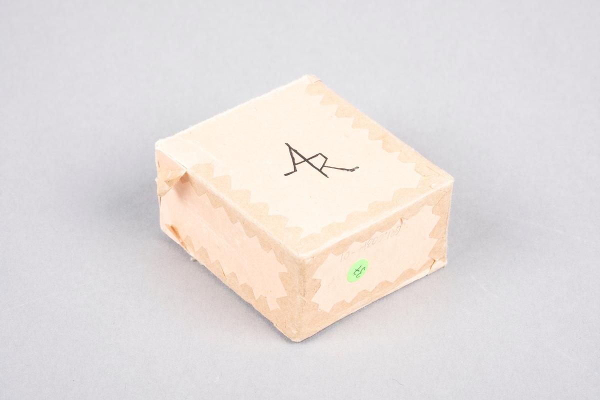 """Eske til kortstokk i papp. På baksiden av esken er det et monogram av initalene """"AR"""". Esken er teipet sammen."""